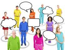 Gente colorida multiétnica del mundo con las burbujas del discurso Imagen de archivo