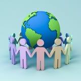 Gente colorida que lleva a cabo las manos alrededor del globo en fondo azul Foto de archivo libre de regalías
