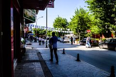 Gente común y calles de la ciudad de Cinarcik - Turquía Imagen de archivo