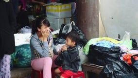 Gente comprar y vender los mariscos y la verdura en el mercado de la comida de la calle en Asia almacen de metraje de vídeo