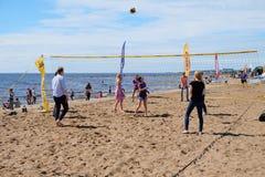 Gente comune che gioca beach volley sulla costa Fotografia Stock