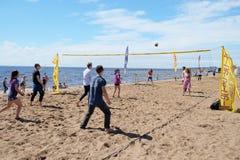 Gente comune che gioca beach volley sulla costa Fotografie Stock Libere da Diritti