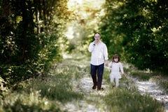 Gente con abajo el sydrome que camina en bosque Fotografía de archivo