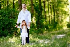 Gente con abajo el sydrome que camina en bosque Imágenes de archivo libres de regalías
