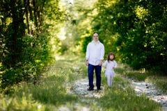 Gente con abajo el sydrome que camina en bosque Foto de archivo libre de regalías
