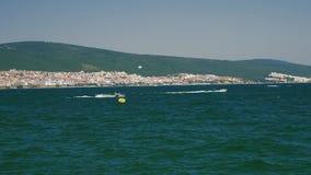 Gente con el esquí del jet en el mar