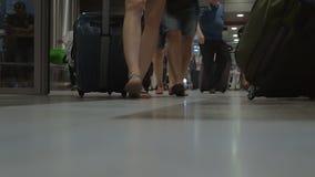 Gente con equipaje el terminal de aeropuerto almacen de video