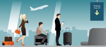 Gente con equipaje en terminal de aeropuerto Imagen de archivo libre de regalías