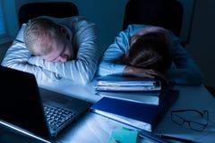 Gente con exceso de trabajo que duerme en el trabajo Fotos de archivo libres de regalías