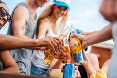 Gente con la cerveza y soda que celebran al aire libre junto Imagen de archivo