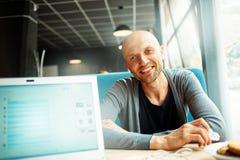 Gente con la computadora portátil Foto de archivo libre de regalías