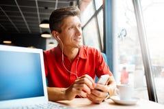 Gente con la computadora portátil Imagen de archivo libre de regalías