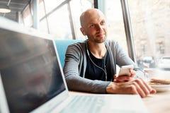 Gente con la computadora portátil Fotos de archivo libres de regalías