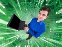 Gente con la computadora portátil en fondo verde electrónico Foto de archivo