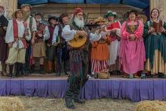 Gente con la ejecución medieval de los trajes Fotografía de archivo libre de regalías