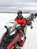 Gente con la vespa de la nieve en viaje Foto de archivo libre de regalías