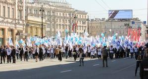 Gente con las banderas blancas y los globos azules Fotografía de archivo