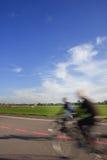 Gente con las bicis en el cauce del aeropuerto de Tempelhof Fotografía de archivo libre de regalías