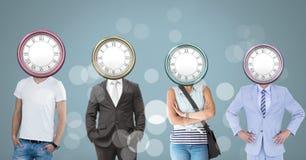 Gente con las cabezas surrealistas del tiempo de reloj Imagenes de archivo