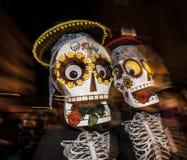 Gente con las máscaras grandes en Dia De Los Muertos Procession Fotos de archivo libres de regalías