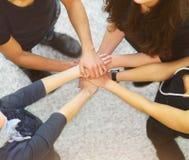 Gente con las manos junto que muestran el trabajo en equipo Foto de archivo