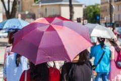Gente con las sombrillas Imagen de archivo libre de regalías