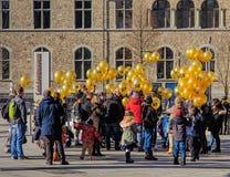Gente con los globos que llevan el simbólico de la iglesia C3 Foto de archivo