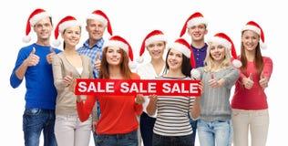 Gente con los panieres en la venta de la Navidad Foto de archivo libre de regalías