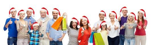 Gente con los panieres en la venta de la Navidad Fotografía de archivo libre de regalías