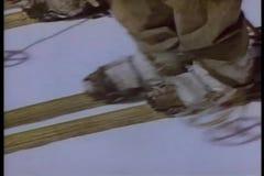 Gente con skiis y polos de esquí que camina penosamente a través de nieve almacen de video