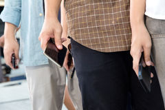 Gente con smartphone Imagenes de archivo