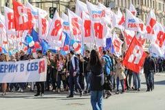 Gente con un gran número de banderas Fotografía de archivo libre de regalías
