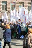 Gente con un gran número de banderas blancas Fotos de archivo