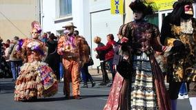 Gente con una m?scara veneciana en el carnaval de Limoux en el Aude, Francia almacen de metraje de vídeo