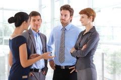 Gente corporativa que charla en el pasillo de la oficina de negocios imágenes de archivo libres de regalías