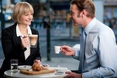 Gente corporativa que tuesta el café en el café fotografía de archivo libre de regalías