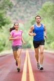 Gente corriente - dos corredores sonrientes que activan Imagen de archivo