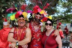 Gente Costumed al funzionamento rosso del vestito nel quartiere francese di New Orleans immagini stock libere da diritti