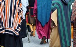Gente Costumed nella via Immagini Stock