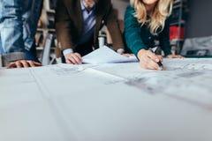 Gente creativa che lavora insieme sul nuovo programma di costruzione di alloggi Fotografia Stock Libera da Diritti