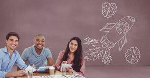 Gente creativa con il razzo ed i cervelli disegnati a mano fotografia stock libera da diritti
