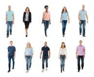 Gente creativa que camina sobre el fondo blanco imagenes de archivo