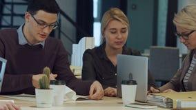 Gente creativa que hace una reunión de reflexión en un estudio moderno almacen de metraje de vídeo