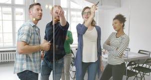 Gente creativa que trabaja junto metrajes