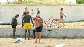 Gente cubierta con fango terapéutico en Techirghiol Foto de archivo libre de regalías