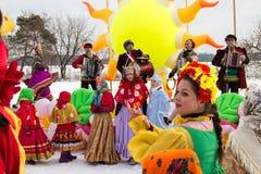 Gente de baile y cantante durante la celebración de Maslenitsa Rusia Imágenes de archivo libres de regalías