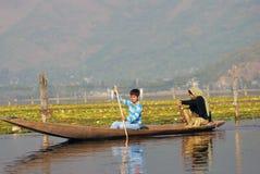 Gente de barco, Srinagar, Cachemira, la India Fotografía de archivo