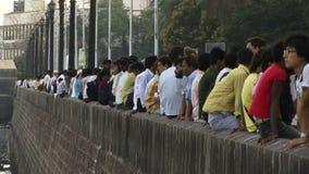 Gente de Bombay la India en una pared almacen de metraje de vídeo
