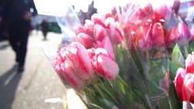 Gente de ciudad de la calle de las flores