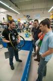 Gente de enseñanza del mecánico cómo instale un casete en un eje de ruedas Fotografía de archivo libre de regalías
